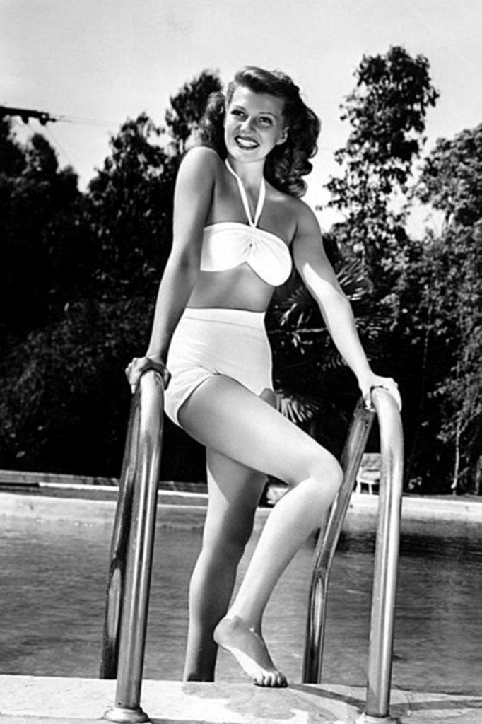 Актриса Рита Хейворт в купальнике Атом, 1946