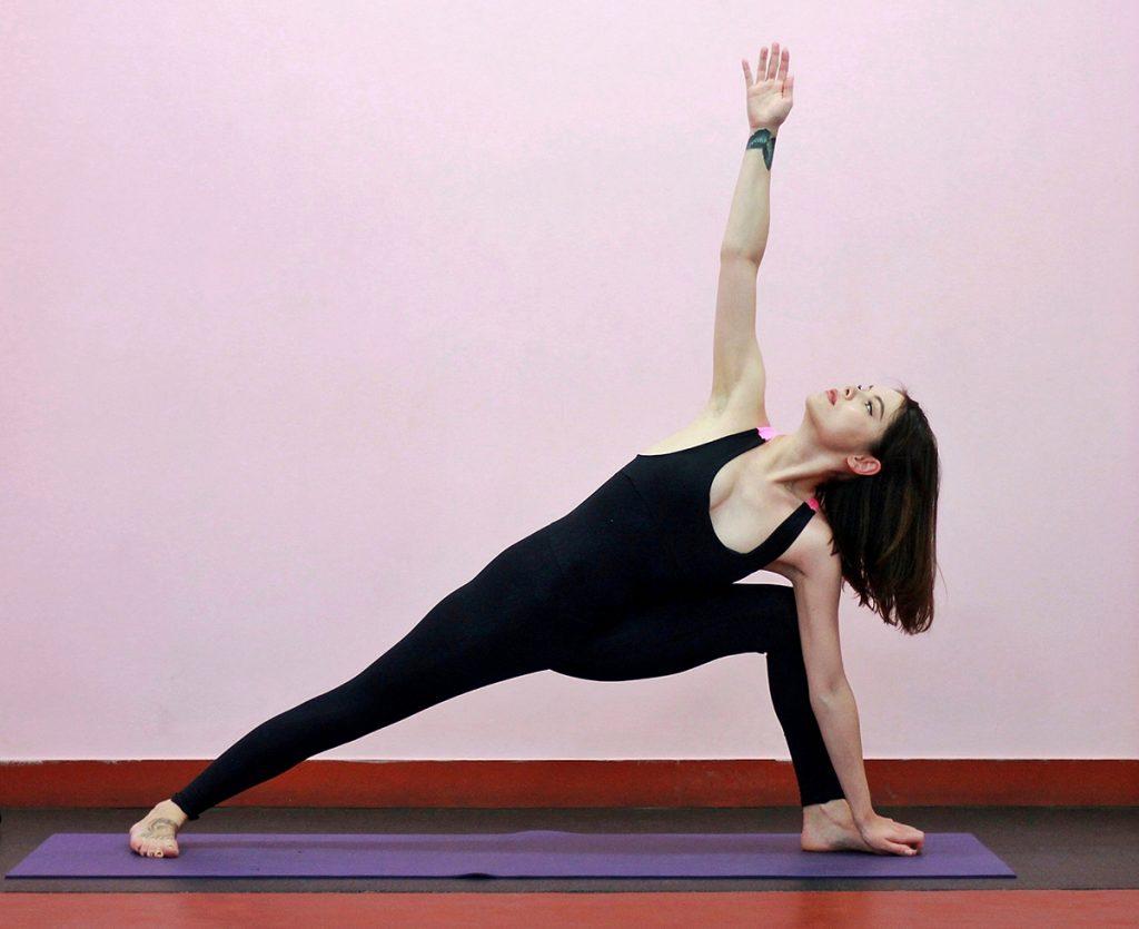 йога поза вытянутого бокового угла